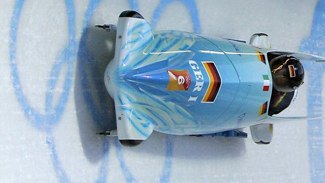 German sleds lead, Dutchwomen crash