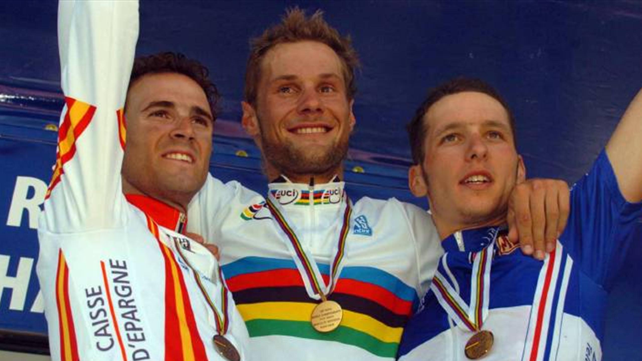 Le podium dees championnats du Monde 2005 à Madrid, où Alejandro Valverde (Espagne) encadre le champion du monde Tom Boonen (Belgique) avec le Français, Anthony Geslin (France), 3e.