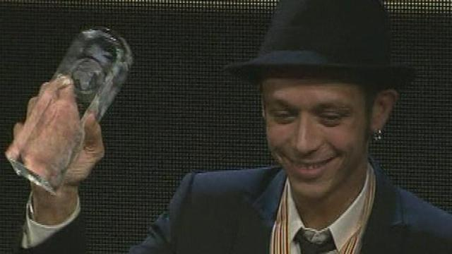 Rossi gets hands on trophy