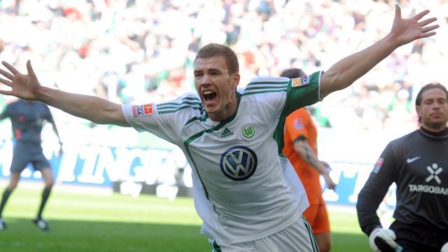 المهاجم البوسني ادين دزيكو لاعب فولفسبورغ الألماني