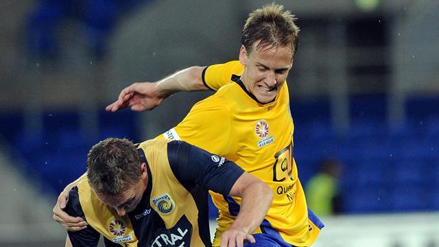 Perth Glory sign Thwaite