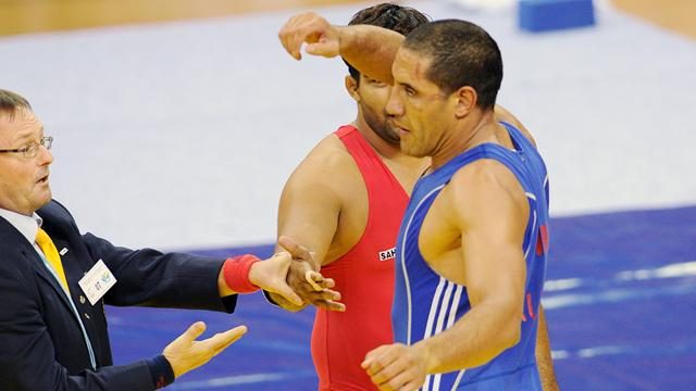 Aussie wrestler loses silver for middle finger salute