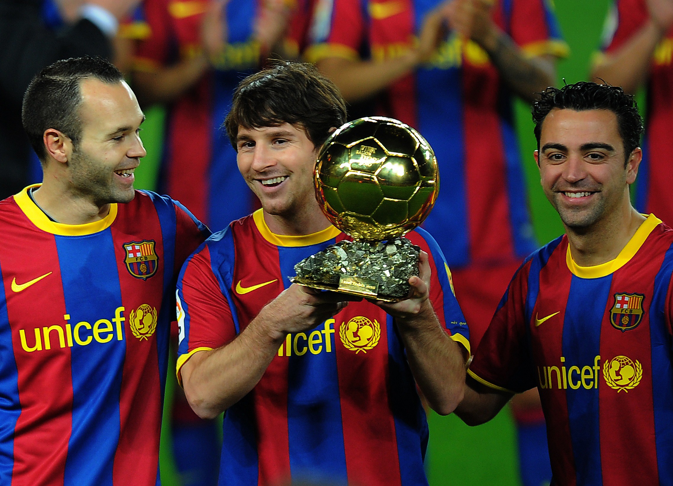 Iniesta et Xavi accompagnent Messi et son Ballon d'Or en 2011