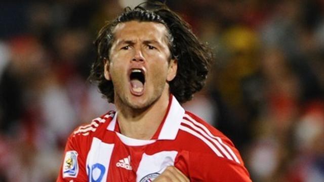Paraguay striker Valdez to stay at Valencia until 2015