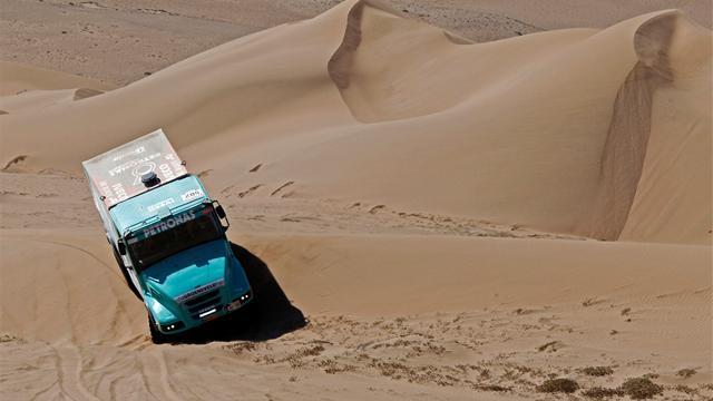 Trucks: De Rooy eases to Dakar win