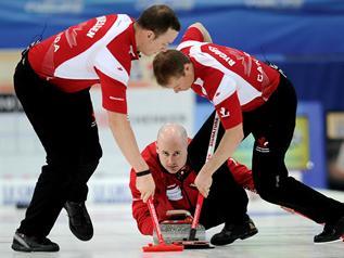 Most a férfiakon a sor-Curling