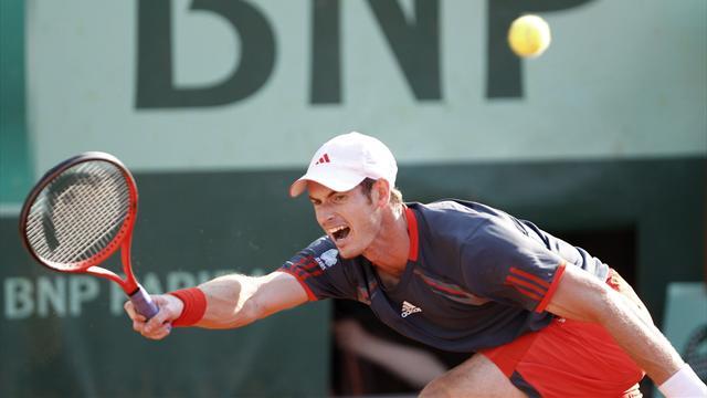 Murray wins through despite injury scare