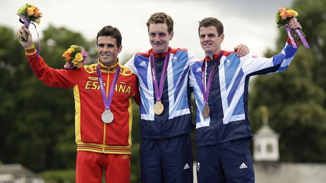 Alistair Brownlee wins Olympic triathlon