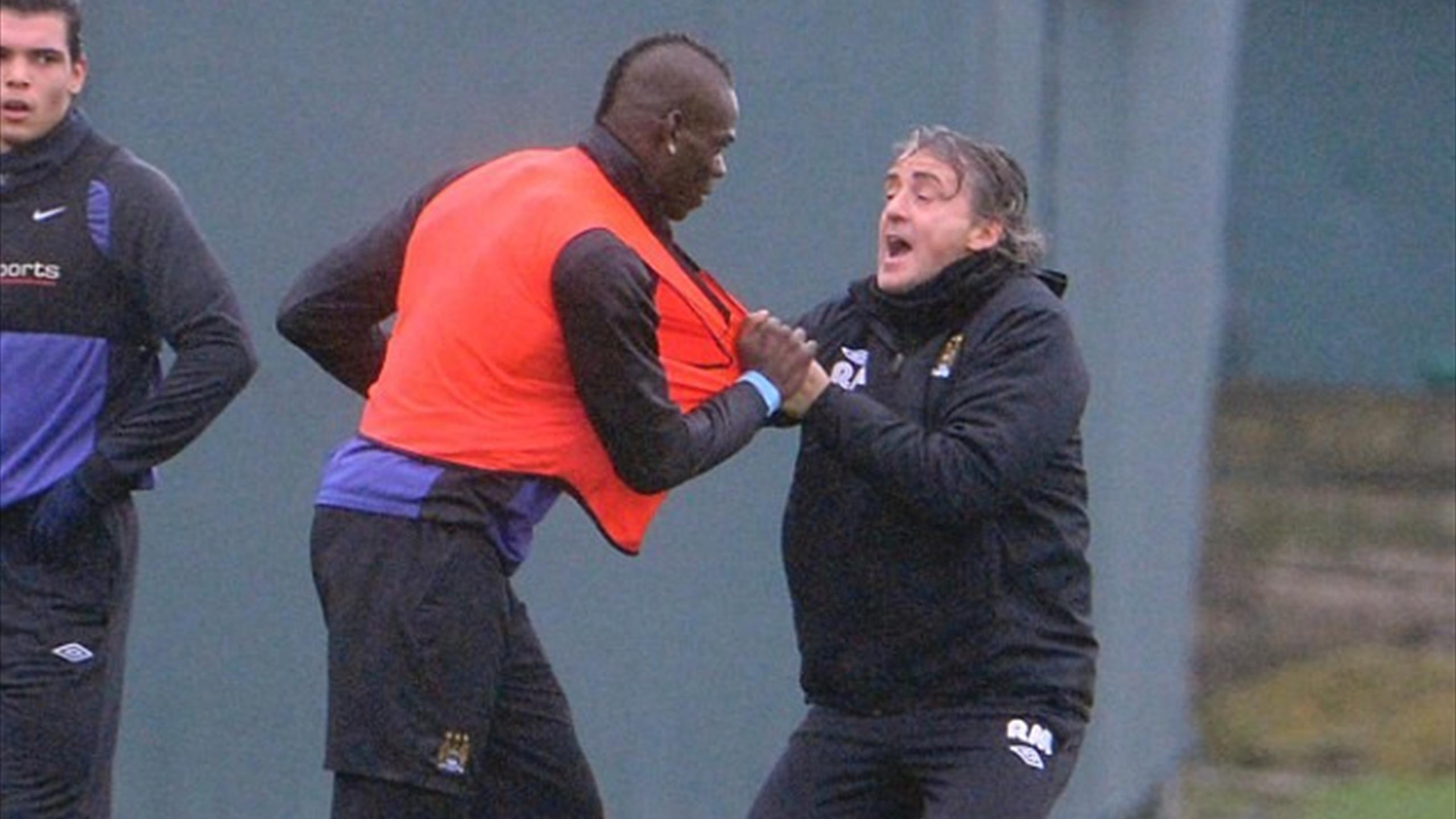 Стычка Марио Балотелли и Роберто Манчини на тренировке «Сити»
