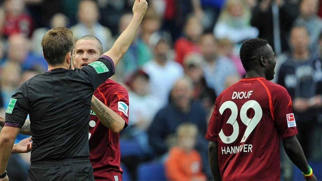 Bundesliga Diouf Sieht Fruheste Gelb Rote Karte Fussball