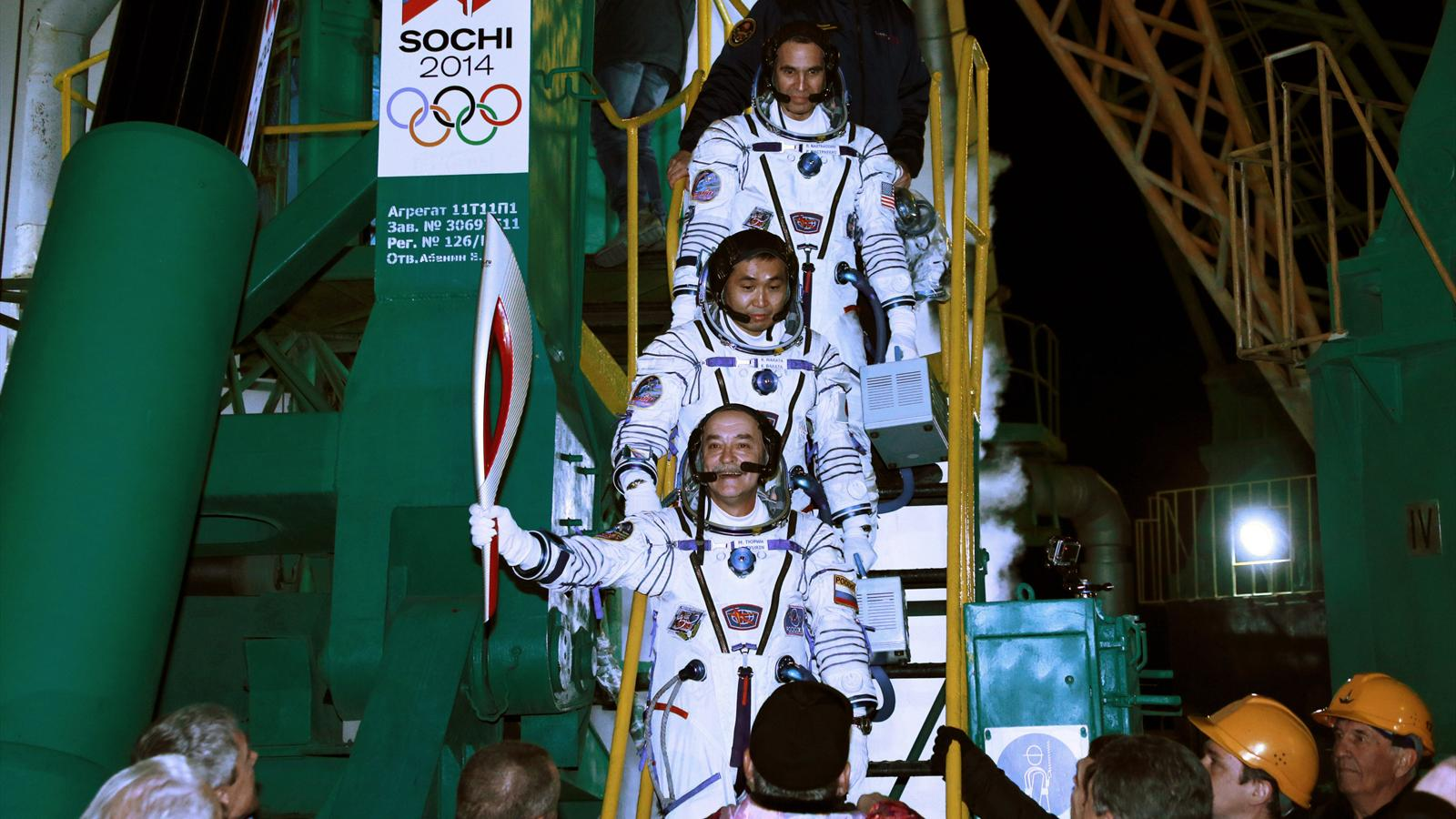 Олимпийский факел в космосе картинки