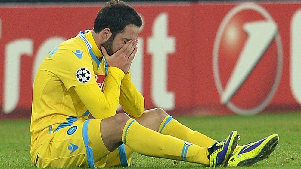 Gonzalo Higuain in lacrime dopo Napoli-Arsneal 2-0 in Champions League 2013/14. Dodici punti non bastano al Napoli per passare il girone
