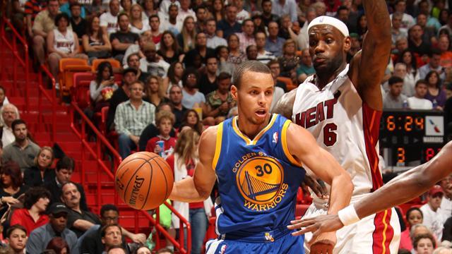 LeBron James et Stephen Curry pl�biscit�s dans le cinq majeur de la saison