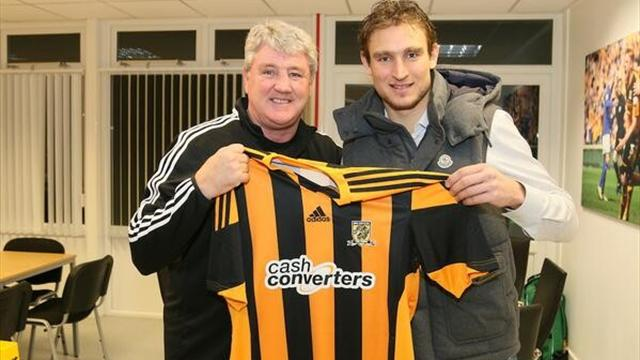 Nikica Jelavic with Hull boss Steve Bruce (@hullcityteam)