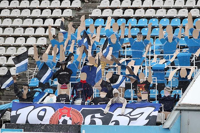Картонные болельщики поддерживают Шинник в игре против ФК Динамо Санкт-Петербург