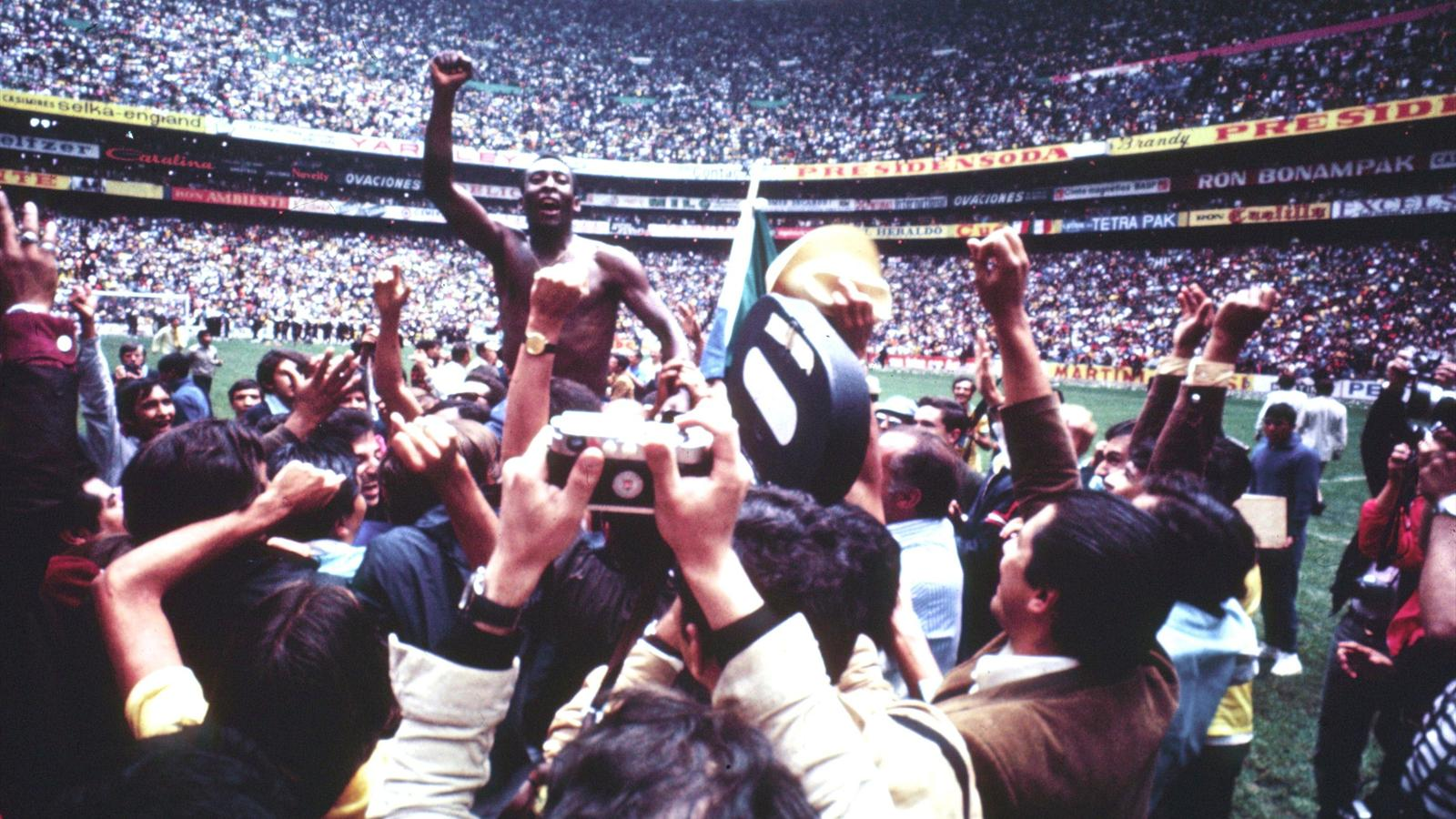 Pele porté en triomphe lors de la Coupe du monde 1970 avec le Brésil