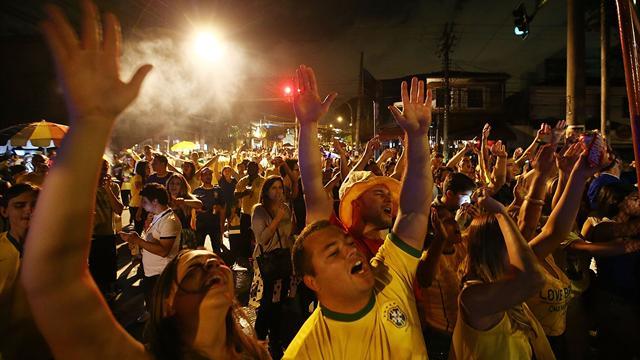 Разъяренные бразильские фанаты ограбили десятки туристов