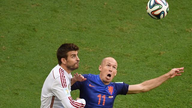Robben et Pique à la lutte lors d'Espagne - Pays-Bas en 2014