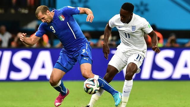 Danny Welbeck au duel avec Giorgio Cheillini pendant Angleterre-Italie (Mondial 2014)