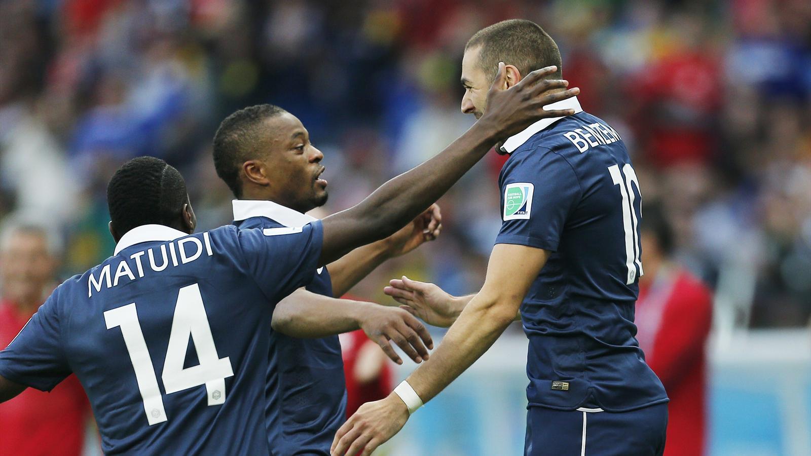 Karim Benzema félicité par Patrice Evra et Blaise Matuidi - France-Honduras - Mondial 2014