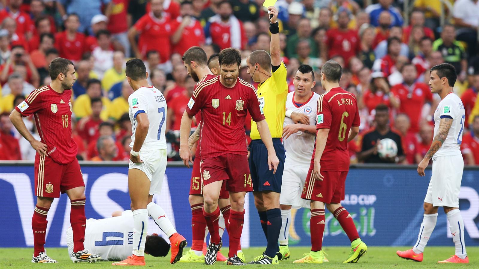 Xabi Alonso averti par l'arbitre lors d'Espagne - Chili - Mondial 2014