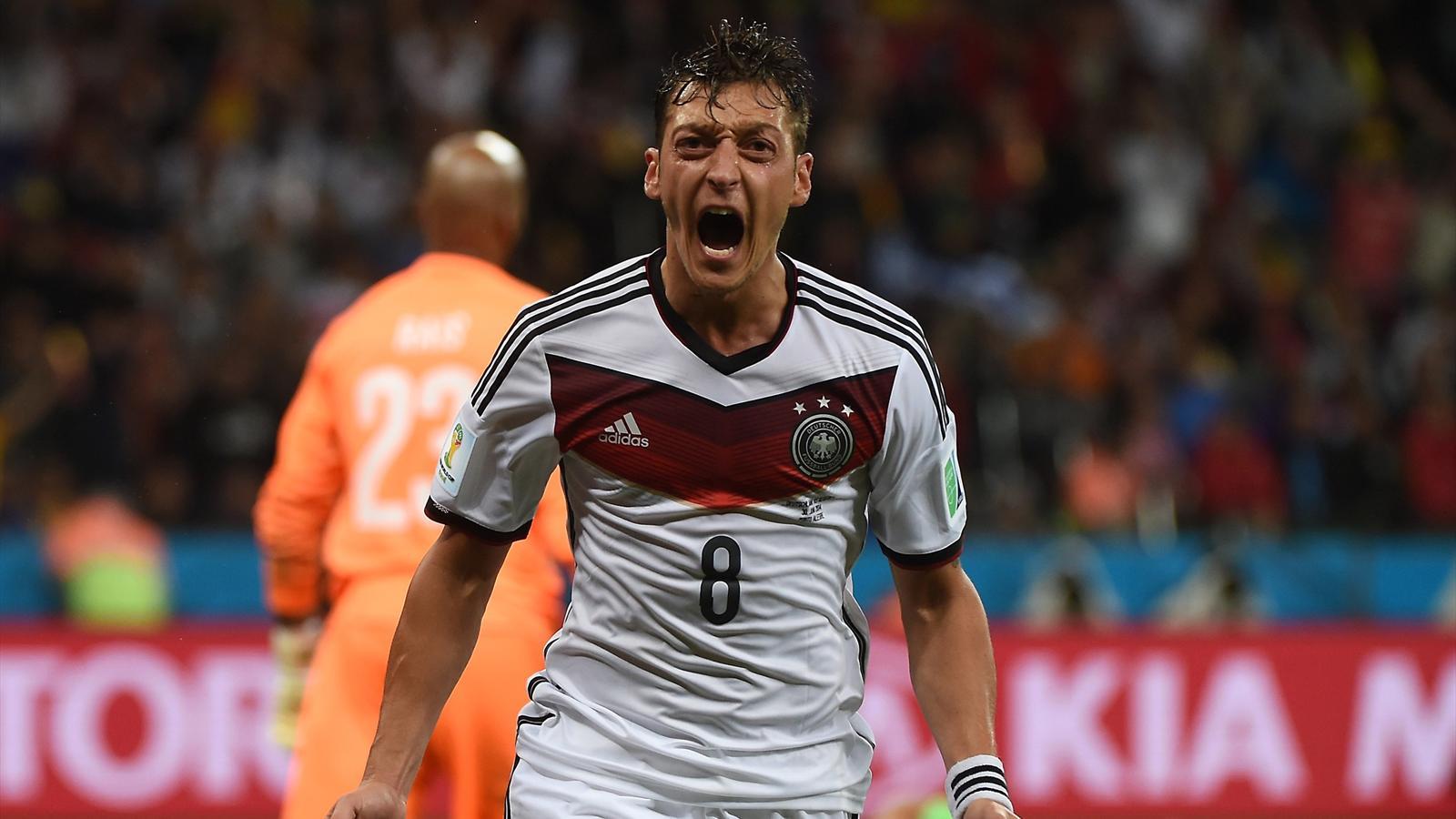 Mesut Ozil (Allemagne) fête son but