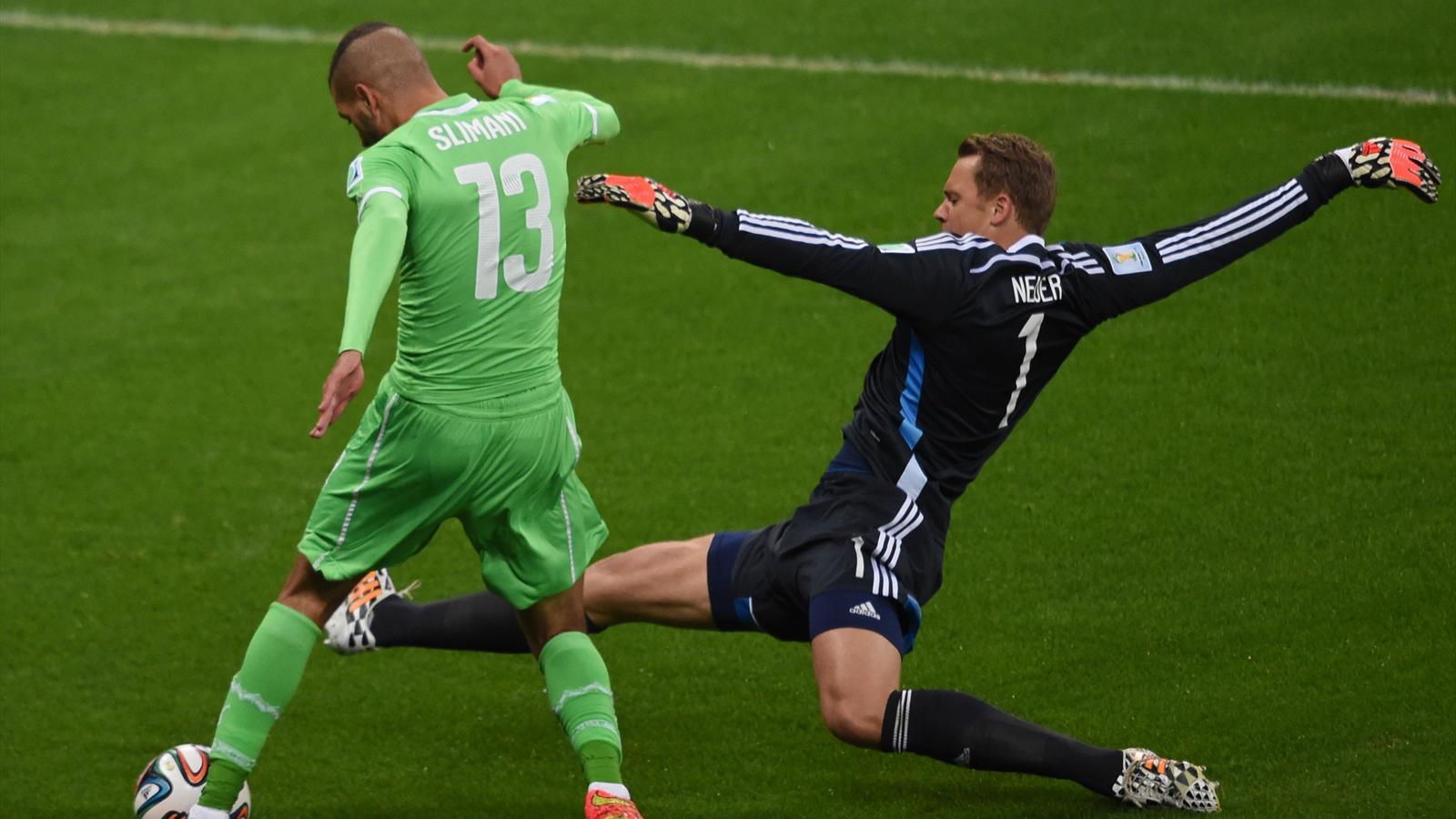 Manuel Neuer tacle devant Islam Slimani lors de Allemagne-Algérie (Mondial 2014)