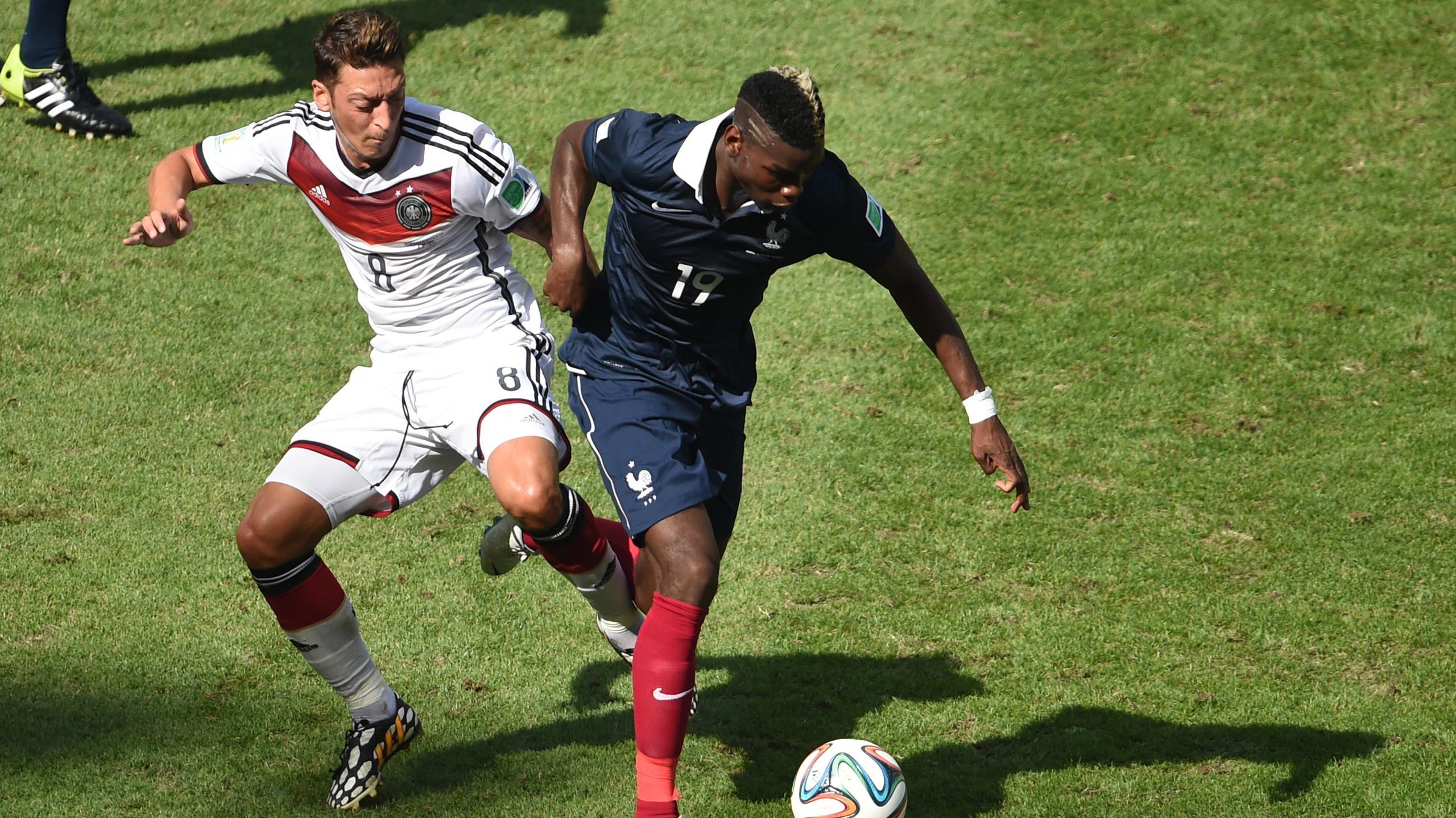 Paul Pogba au duel avec Mesut Özil pendant France-Allemagne
