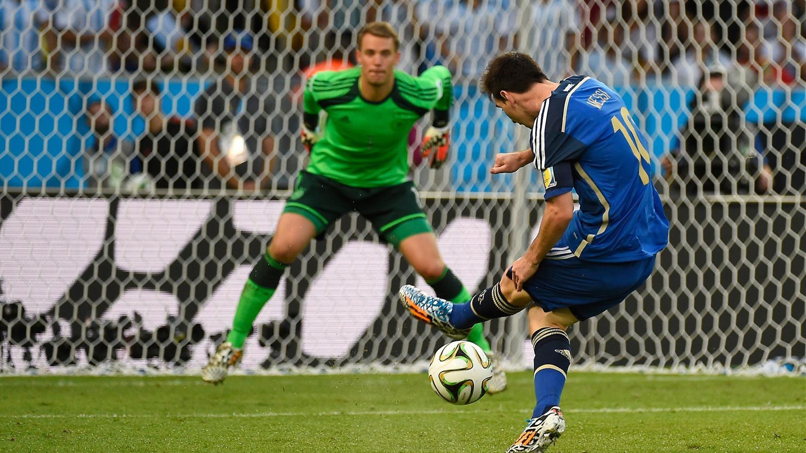 Lionel Messi face à Manuel Neuer lors de la finale Allemagne - Argentine du Mondial 2014.