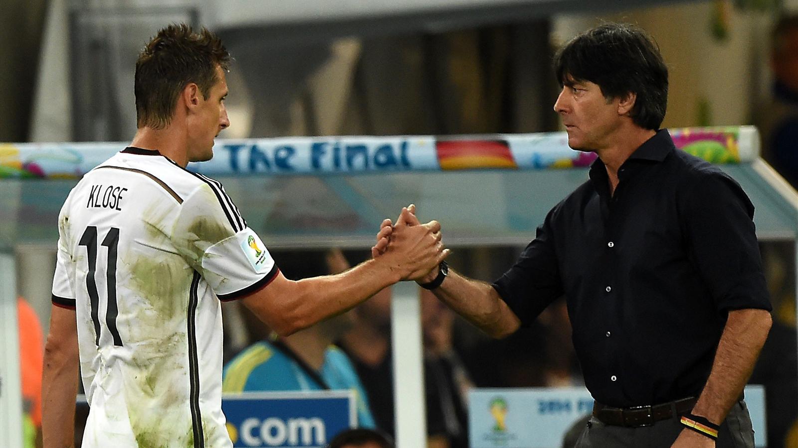 Miroslav Klose salué par Joachim Löw lors de la finale Allemagne - Argentine du Mondial 2014.