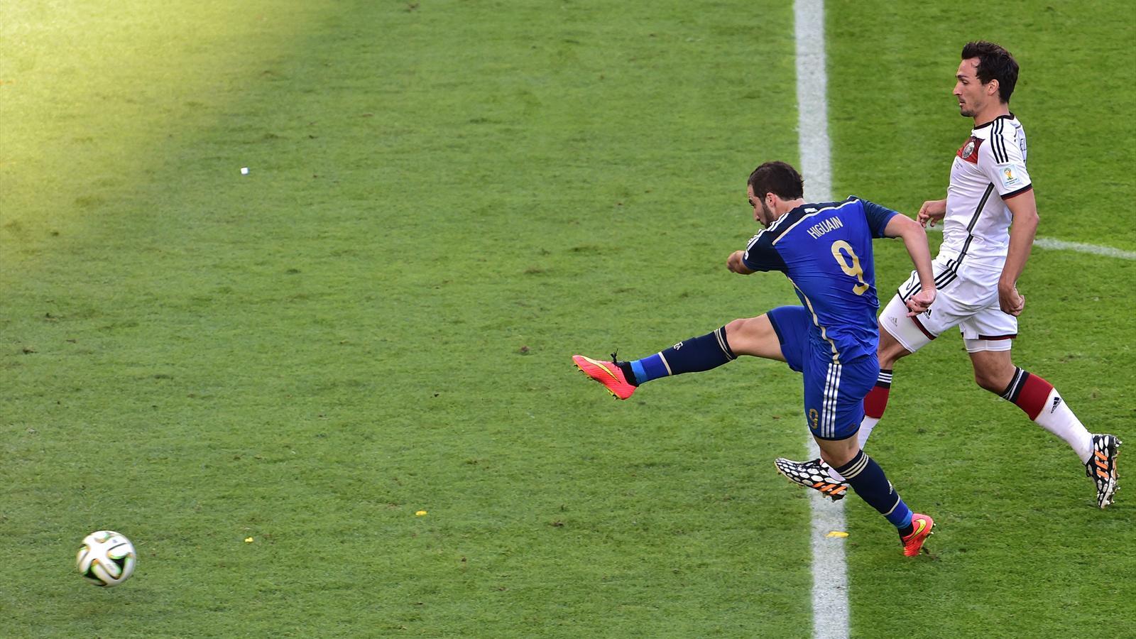 Gonzalo Higuain a pris l'avantage sur la défense allemande, mais il ne trouvera pas le cadre de Manuel Neuer.