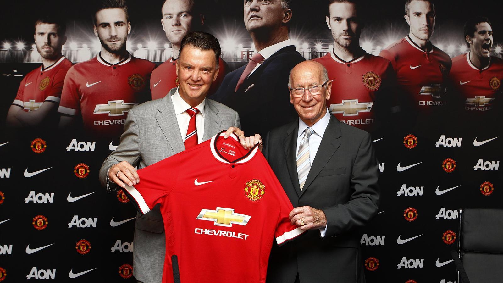 Van Gall lors de sa première conférence de presse avec Manchester United au coté de Sir Bobby Charlton