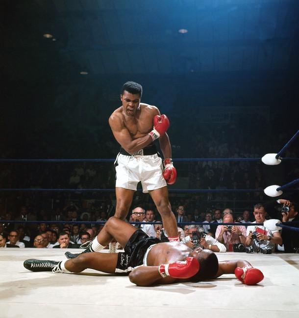 Мохаммед Али над поверженным противником