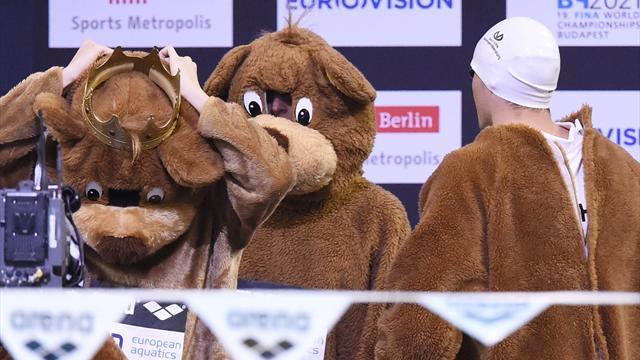 les nageurs allemands font leur entree deguises en ours