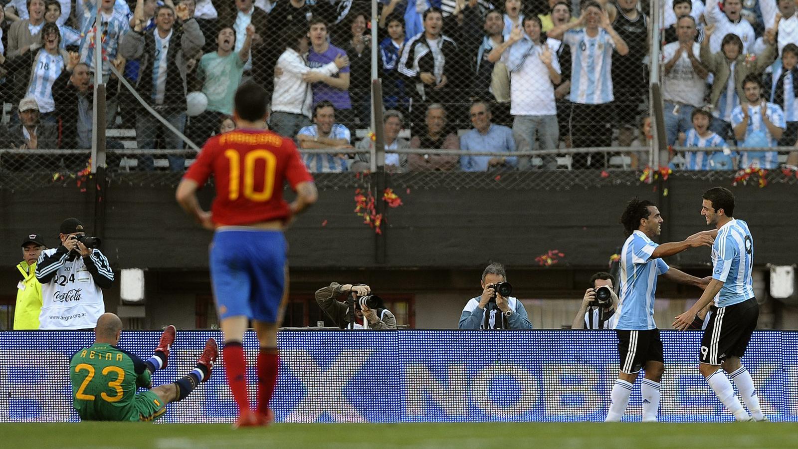 Tevez et Higuain lors de la victoire de l'Argentine sur l'Espagne en août 2010.