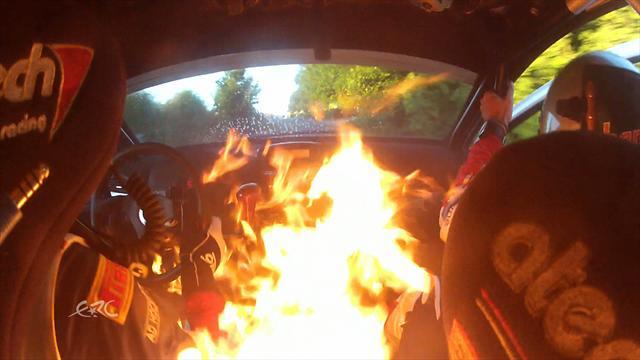 Deux pilotes s'�chappent de l'int�rieur en flammes