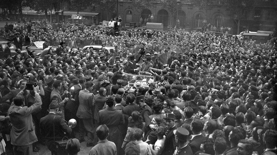 Marcel Cerdan, à son retour en France après sa victoire contre Tony Zale, accueilli en héros par la foule parisienne.