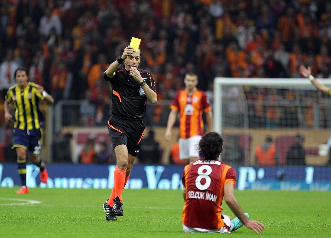Spor Toto Süper Lig'de Galatasaray TT Arena Stadı'nda Fenerbahçe ile karşılaştı. Bir pozisyonda Galatasaraylı Selçuk İnan hakem Cüneyt Çakır'dan sarı kart gördü.