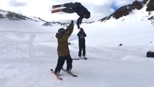 Норвежский лыжник дал пять другу, выполняя сальто