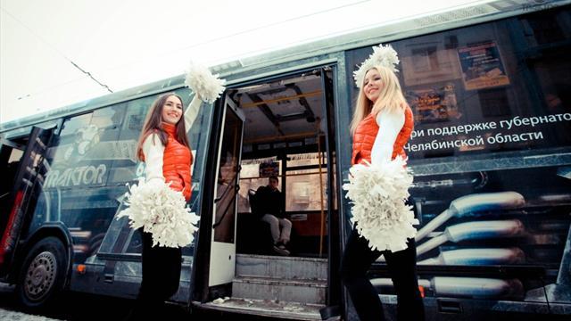 Хоккеисты «Трактора» прокатились по Челябинску в рейсовом автобусе