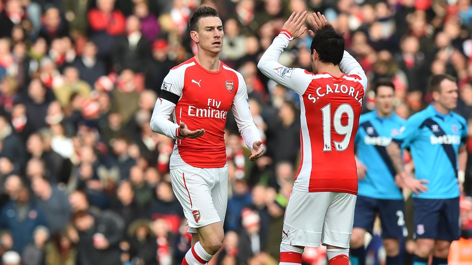 Laurent Koscielny félicité par Santi Cazorla lors d'Arsenal-Stoke