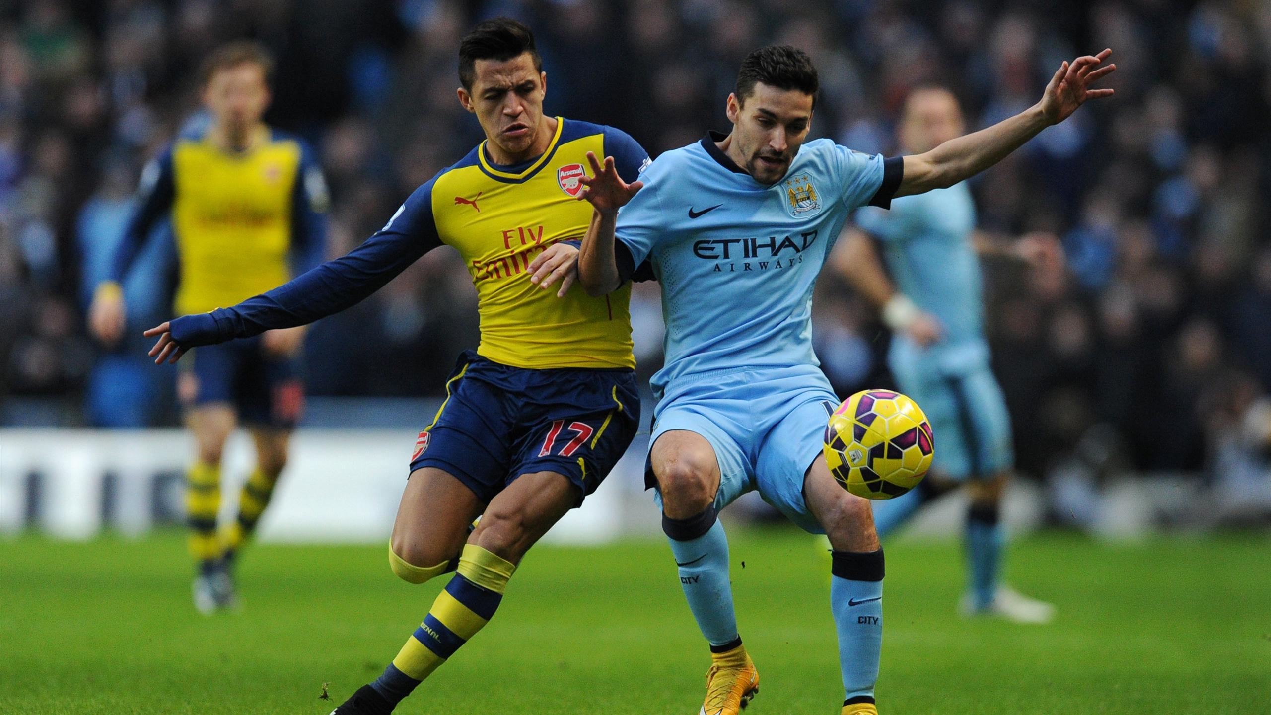 Alexis Sanchez à la lutte avec Jesus Navas pendant Manchester City-Arsenal