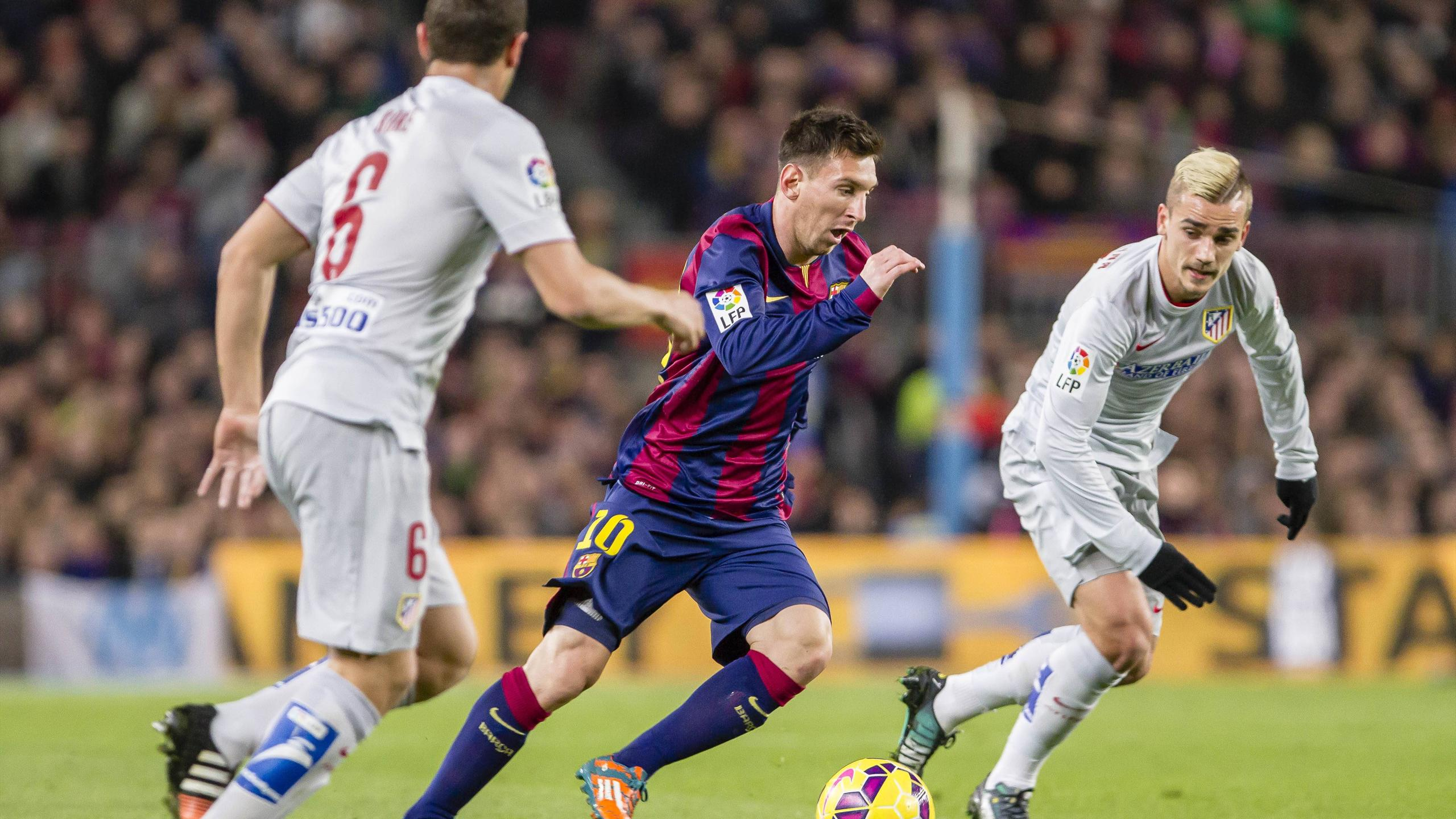 Коке и Антуан Гризманн («Атлетико») против Лео Месси («Барселона»)