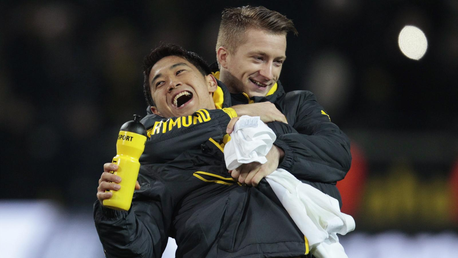 Borussia Dortmund's Marco Reus (R) hugs Shinji Kagawa after their Bundesliga match against Mainz 05 (Reuters)