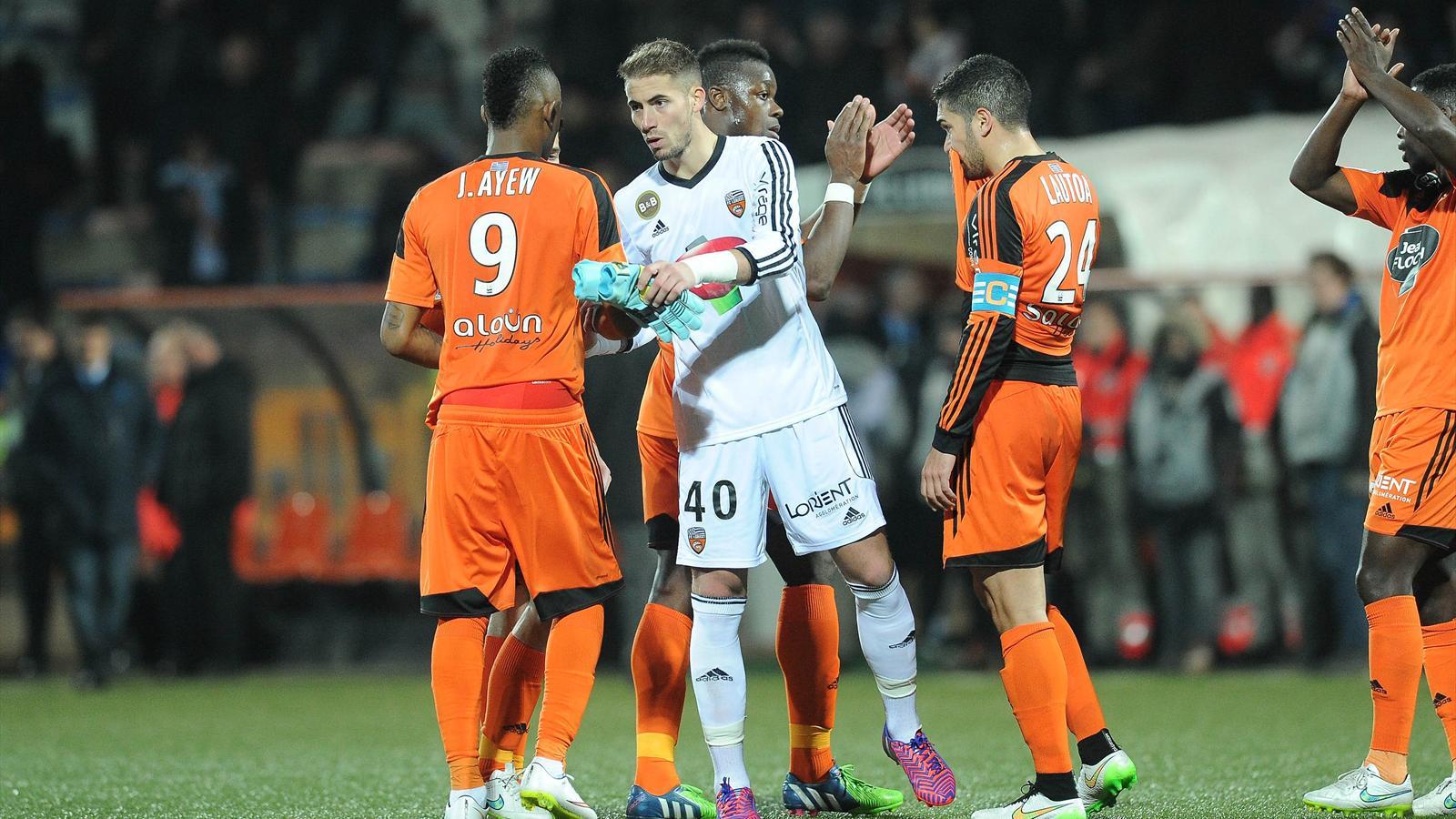 Benjamin Lecomte salue Jordan Ayew après le nul de Lorient contre Lyon (saison 2014-2015)