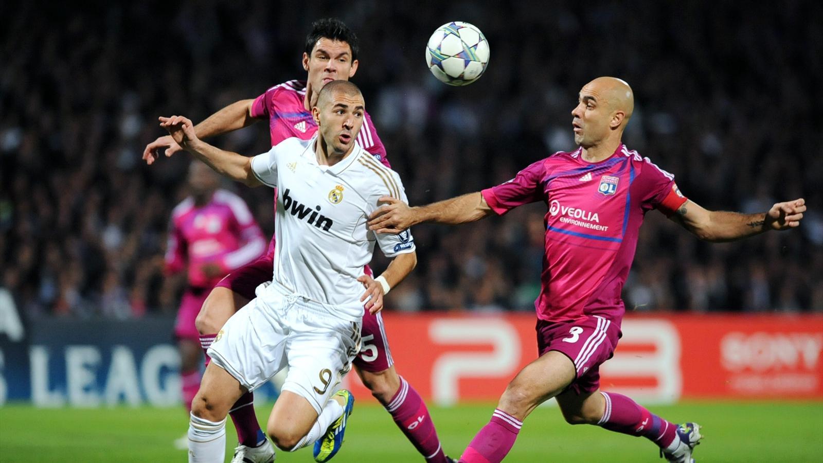 Benzema face à Cris et Lovren en C1 (saison 2010-2011) lors de Real - Lyon