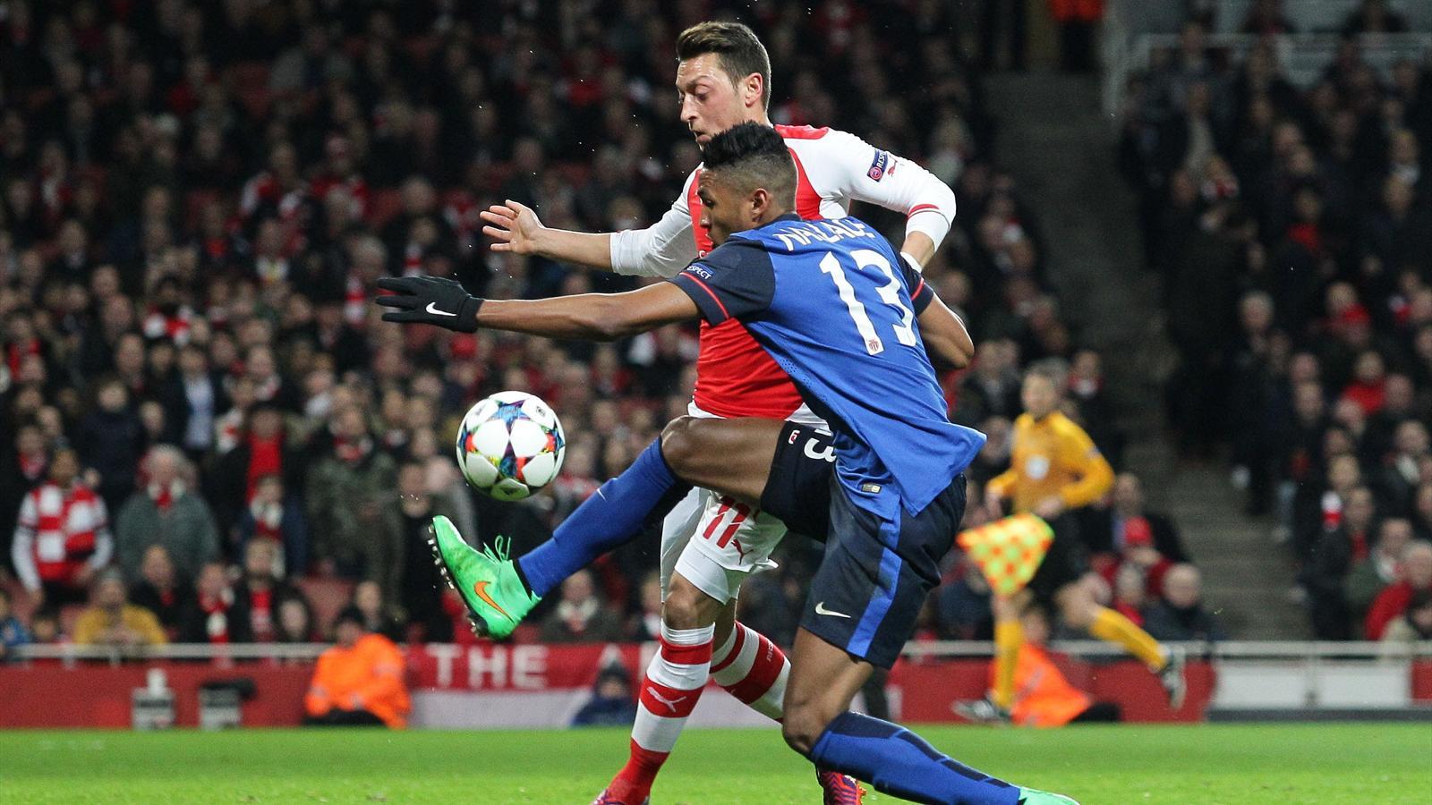 Wallace face à Mesut Özil lors de Arsenal-Monaco (saison 2014-2015)