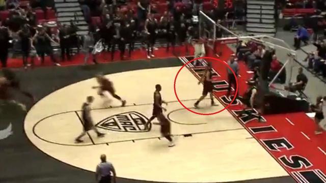 Un joueur �vite de justesse un panneau de basket qui s'effondre
