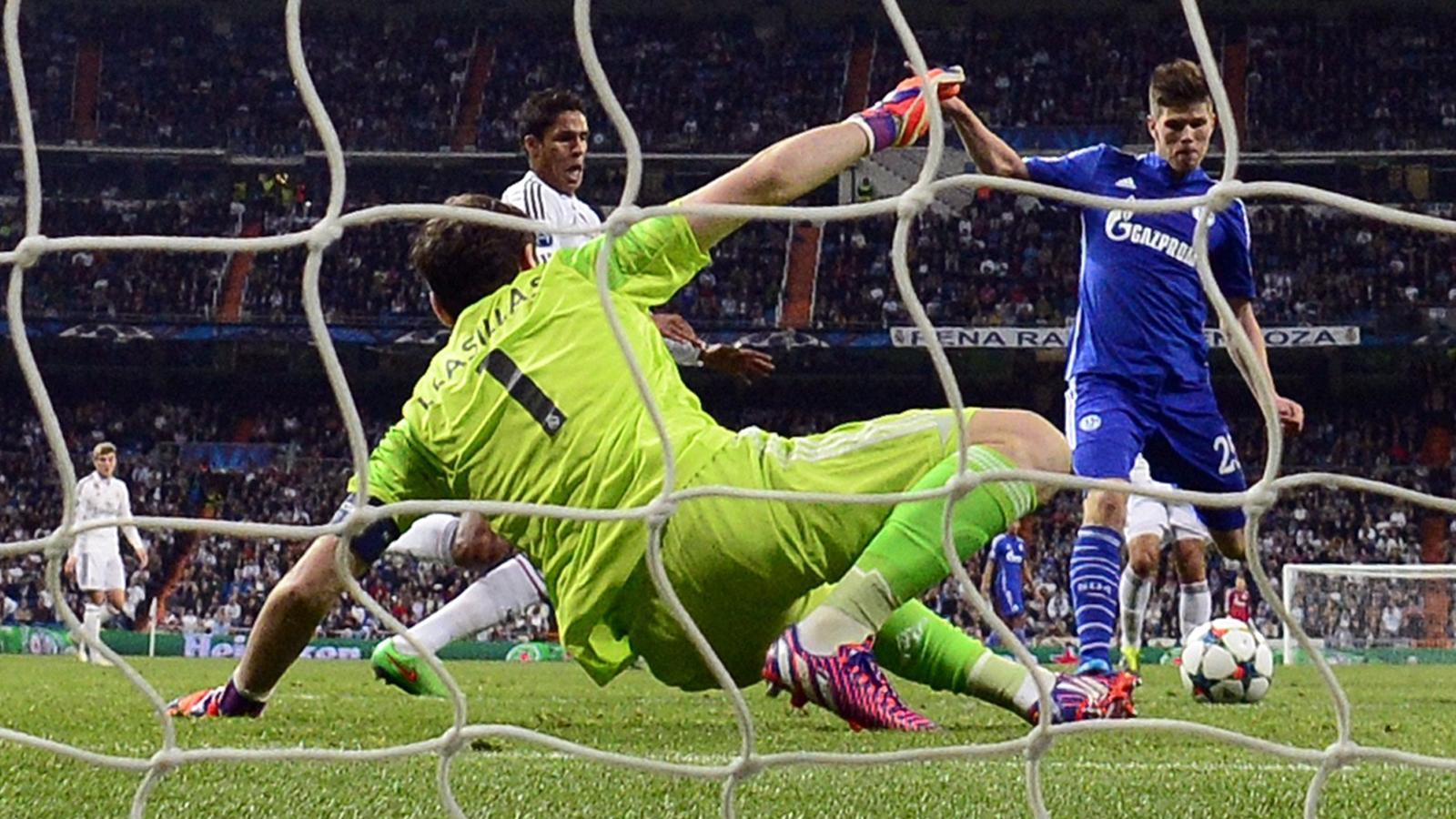 Iker Casillas (Real Madrid) gegen Klaas-Jan Huntelaar (FC Schalke 04)