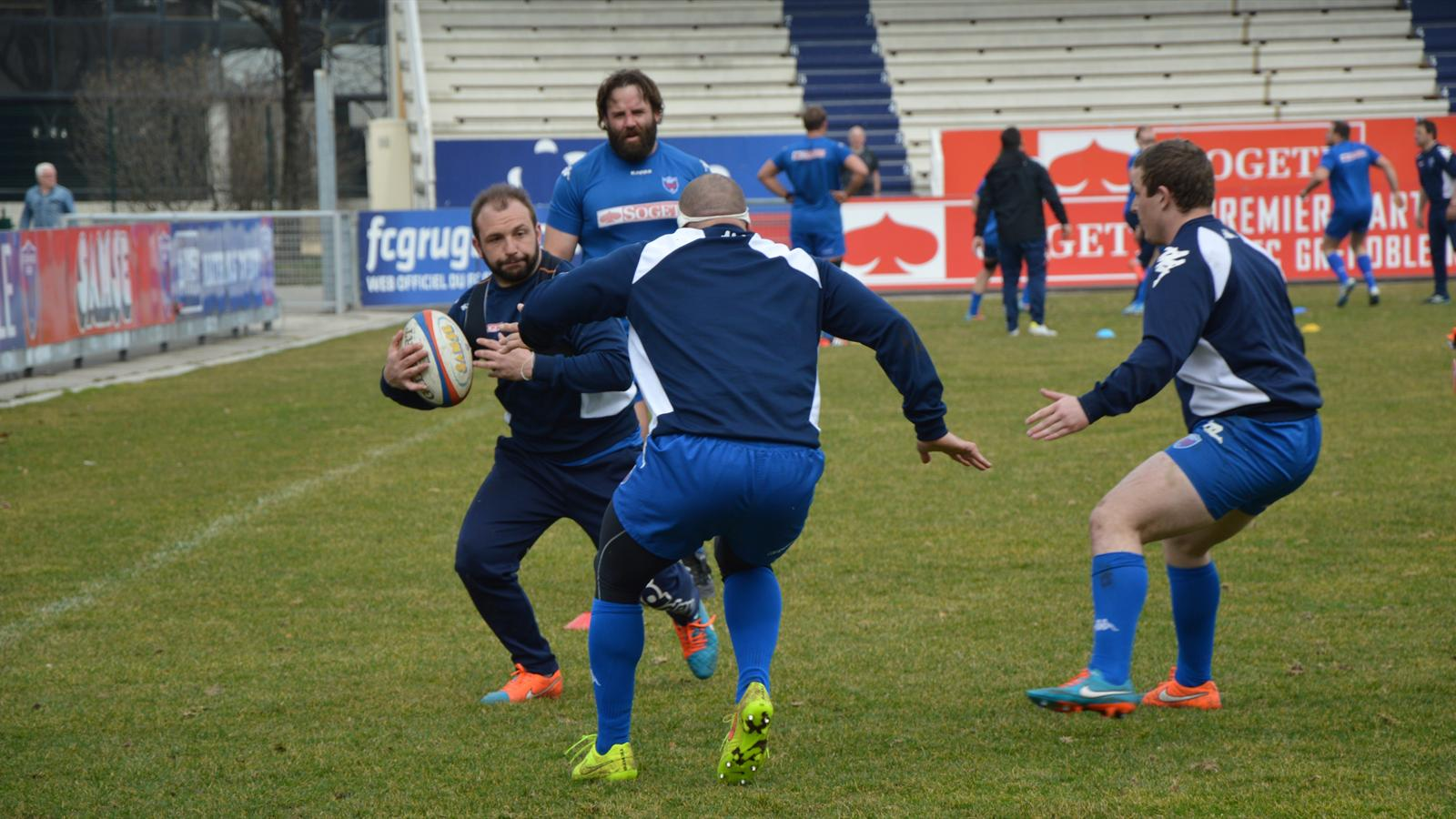 Arnaud Héguy, ici à l'entraînement, essaie d'éviter le plaquage de son collègue du FCG Fabien Barcella. Photo Laurent Genin. Rugbyrama 10 mars 2015